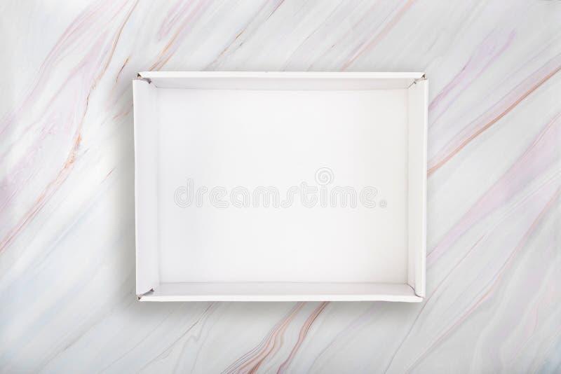 Witte open doos op marmeren achtergrond Lege witte kartondoos op marmeren textuur met natuurlijk patroon royalty-vrije stock foto