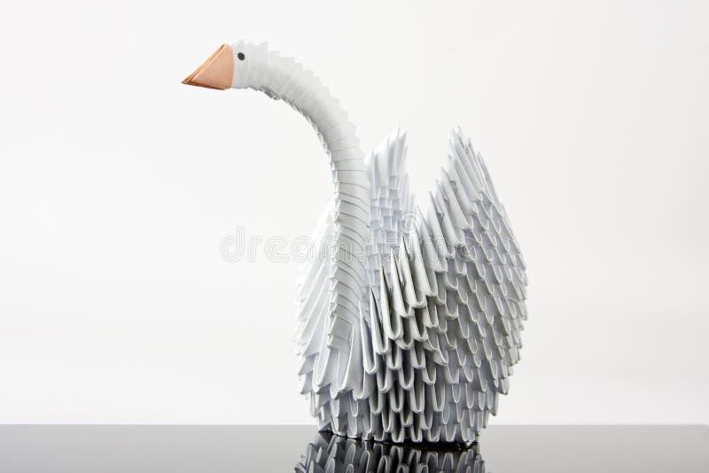 Witte origamizwaan op grijze oppervlakte stock afbeelding