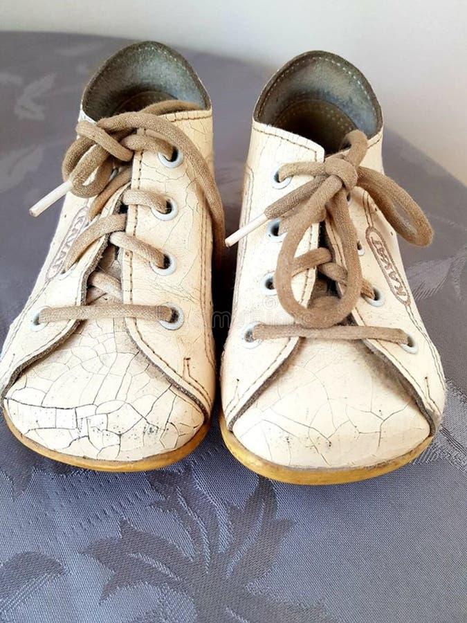 Witte oude babyschoenen stock fotografie