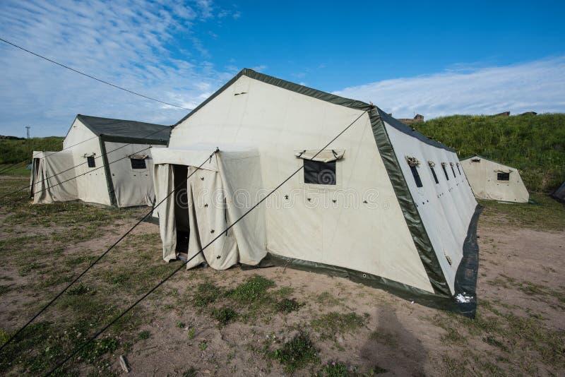 Witte oude tenten in het kampeerterrein stock afbeeldingen