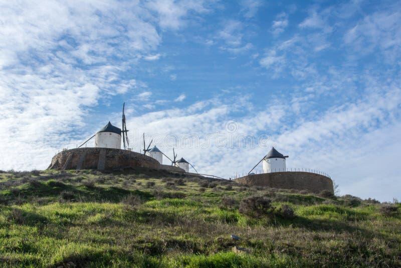 Witte oude windmolens op de heuvel dichtbij Consuegra royalty-vrije stock afbeeldingen