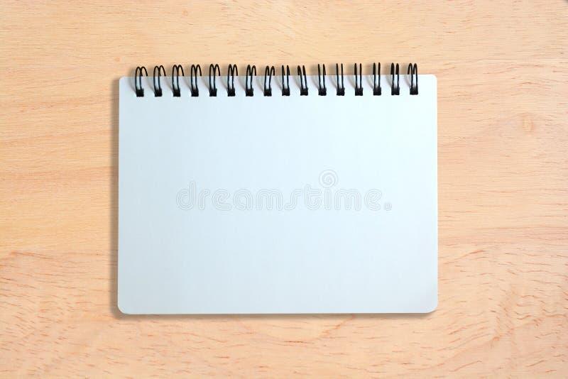 Witte pagina van notitieboekje op houten textuur stock foto's