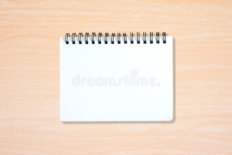 Witte pagina van notitieboekje op houten textuur royalty-vrije stock afbeeldingen