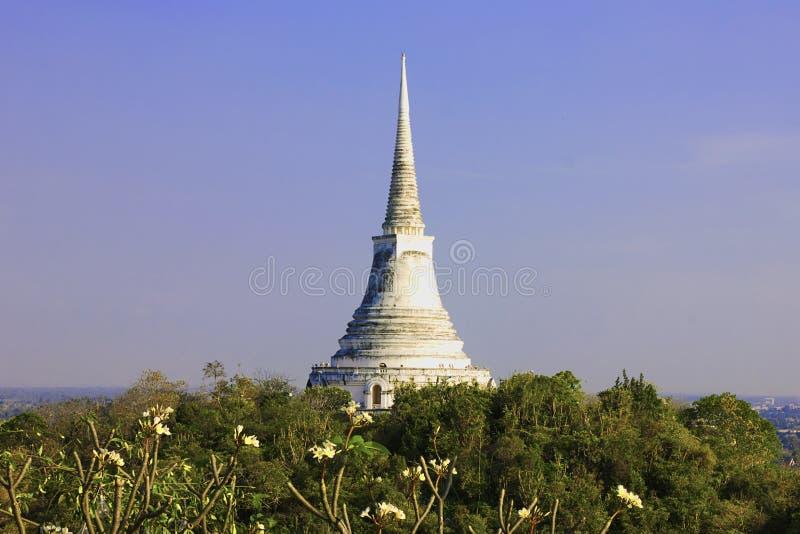Witte pagode bovenop de heuvel royalty-vrije stock afbeelding
