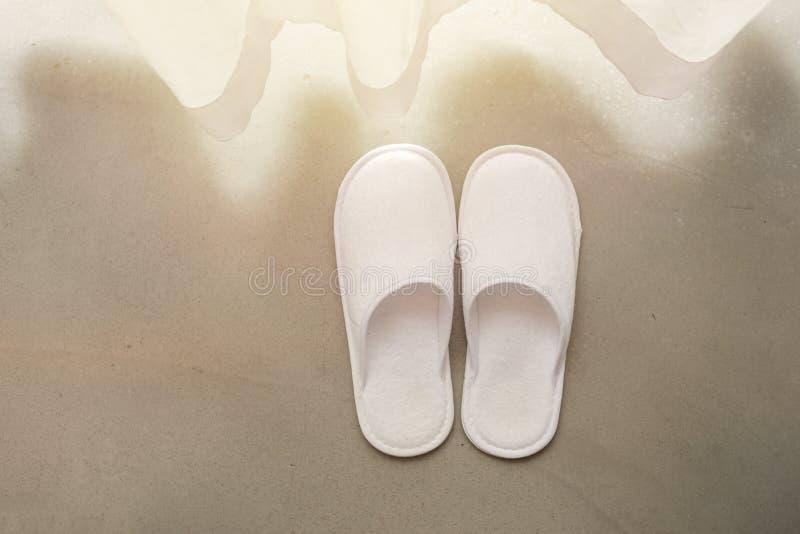 Witte pantoffels door witte zuivere gordijnen en zacht zonlicht stock foto's