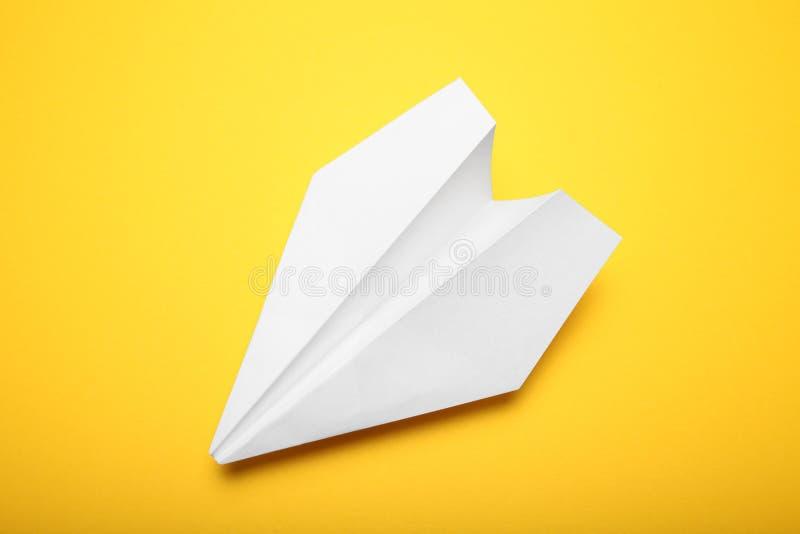 Witte papiervliegtuig, achtergrond luchtvaart royalty-vrije stock fotografie