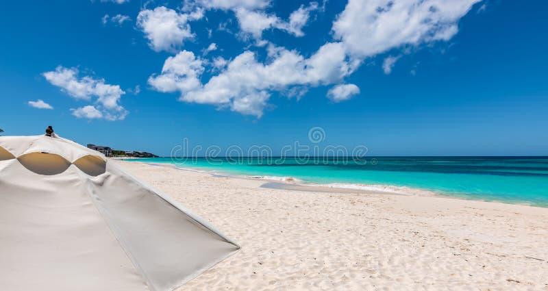 Witte paraplu op het mooie strand van de Ondieptebaai in Anguilla royalty-vrije stock afbeeldingen