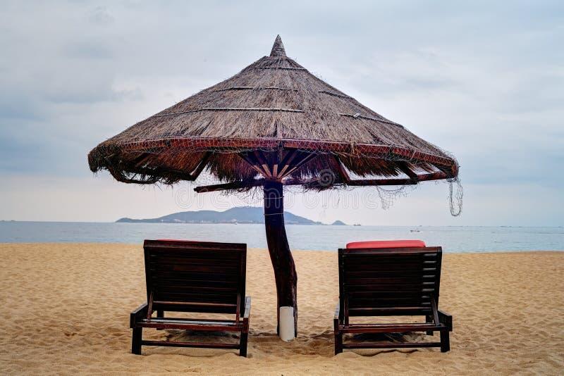 Witte parasol en loungers stock foto's