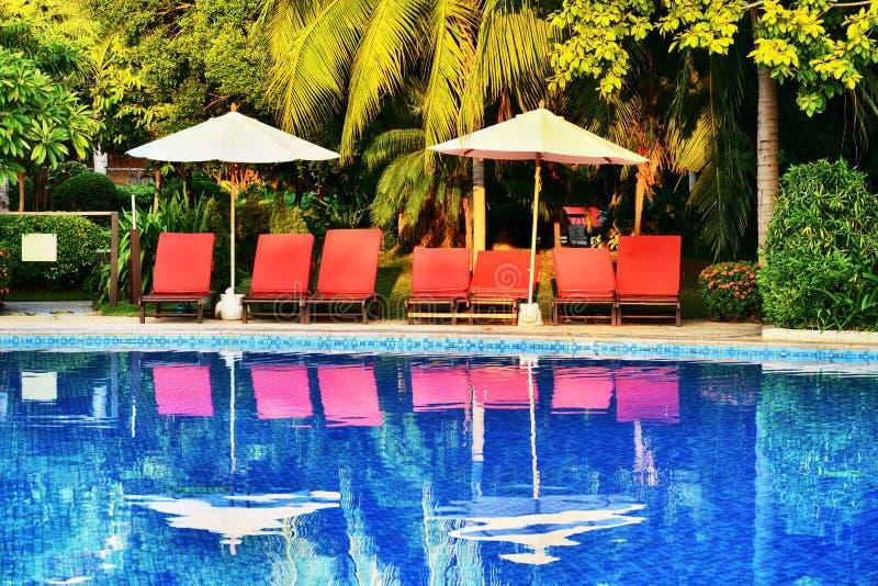 Witte parasol en loungers royalty-vrije stock foto