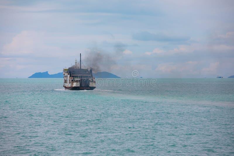 Download Witte Passagiersveerboot Aan Samui-eiland Stock Afbeelding - Afbeelding bestaande uit water, blauw: 107700823