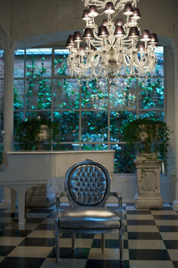 Witte piano in luxebinnenland royalty-vrije stock fotografie