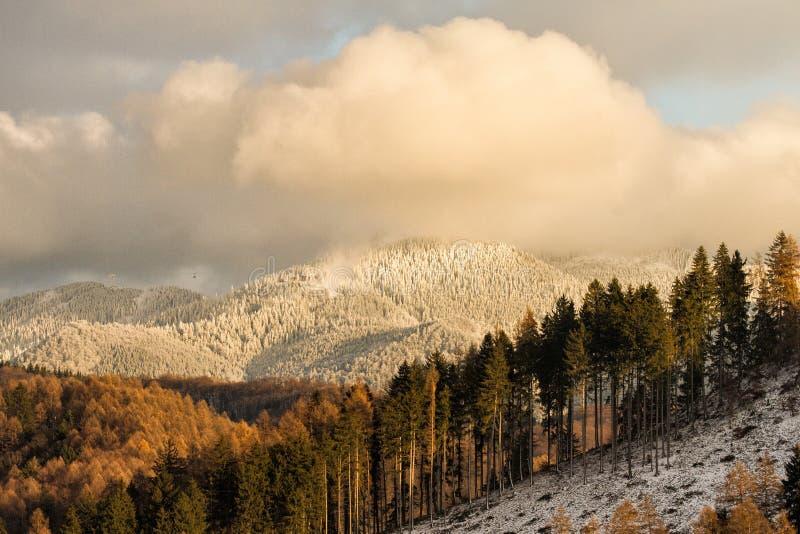 Download Witte Pieken In De Zonsondergang Stock Afbeelding - Afbeelding bestaande uit licht, behandeld: 107701895