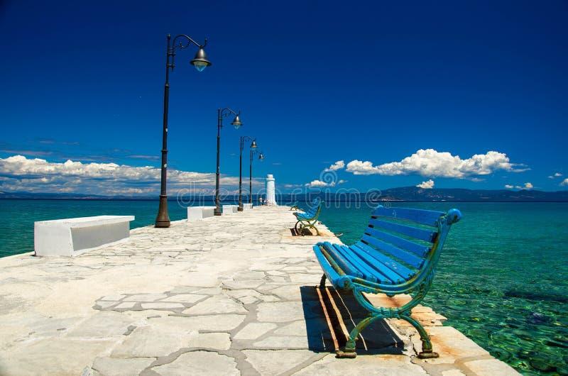 Witte pijlerpier op blauw paradijswater, Kassandra, Macedonië, G royalty-vrije stock foto's