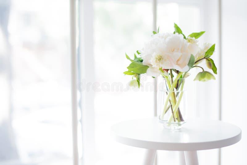 Witte pioenbloemen op koffietafel in wit ruimtebinnenland, brig royalty-vrije stock foto's