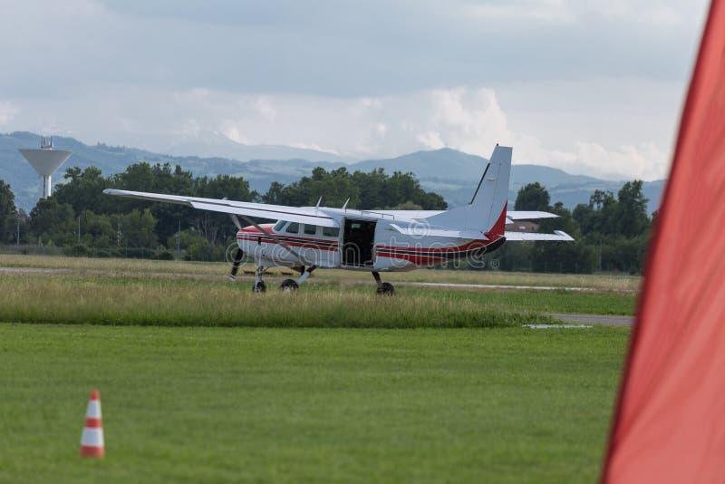 Witte Piper Aircraft met Open Laadklep en Parachutistbinnenkant: Het parachuteren van Opleiding royalty-vrije stock afbeelding