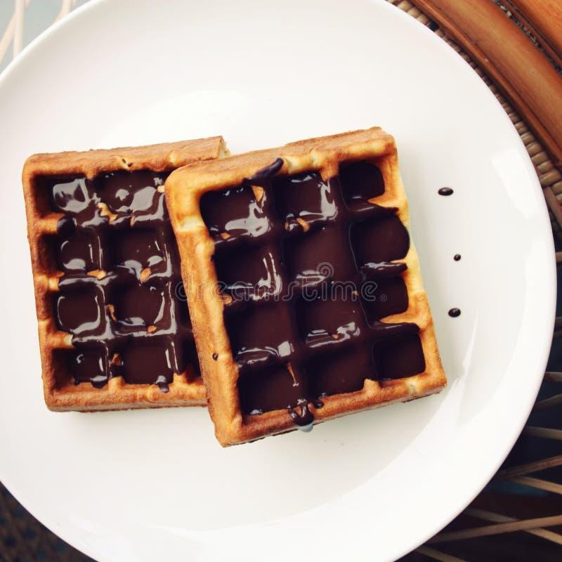 Witte plaat met Chocolade behandelde Wafeltjes stock foto's