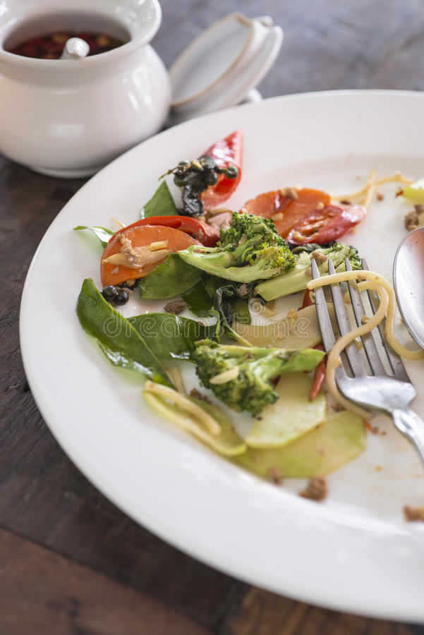 Witte Plaat met crumbs voedsel stock foto's