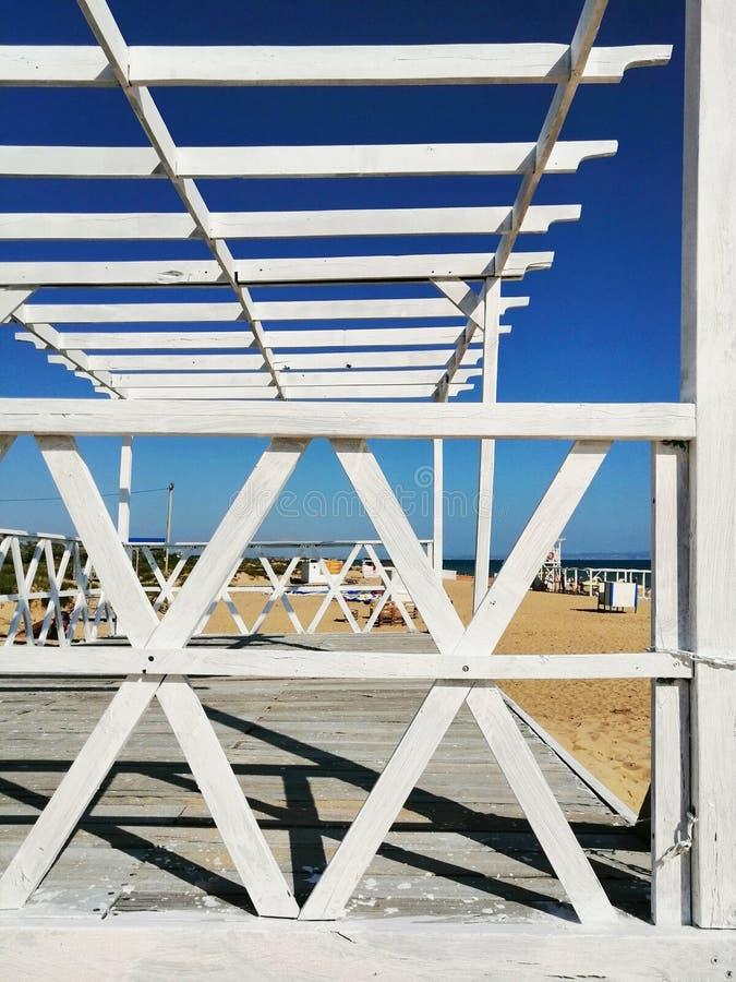 Witte planken op het zand stock afbeeldingen