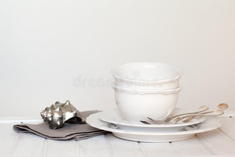 Witte platen, kommen, messenmaker stock fotografie