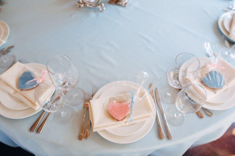 Witte platen met de roze en blauwe koekjes van de hartvorm op platen royalty-vrije stock foto