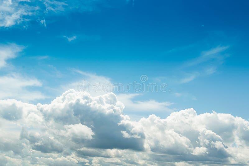 Witte pluizige dikke wolken tegen de blauwe hemel Natuurlijke achtergrondbehang Het concept schone lucht en ecologie royalty-vrije stock afbeelding