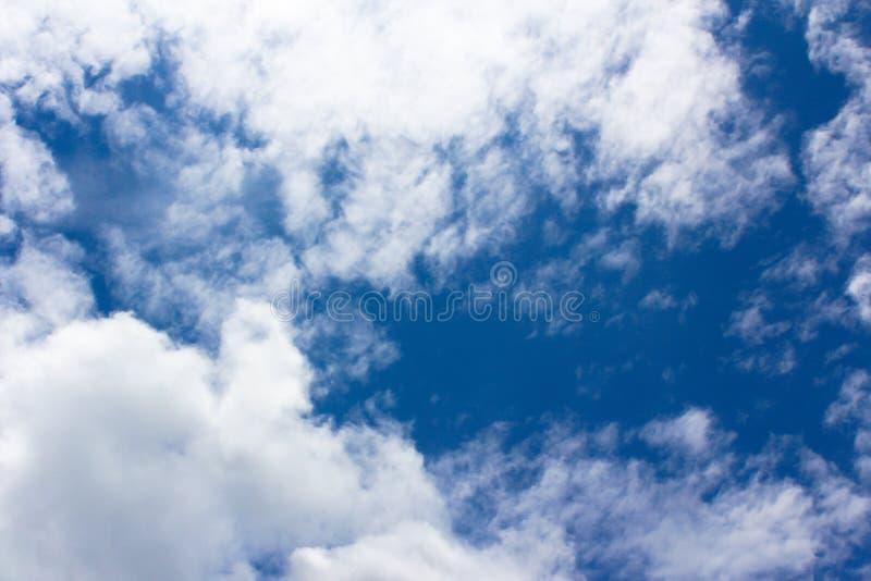 Witte pluizige wolken royalty-vrije stock afbeelding