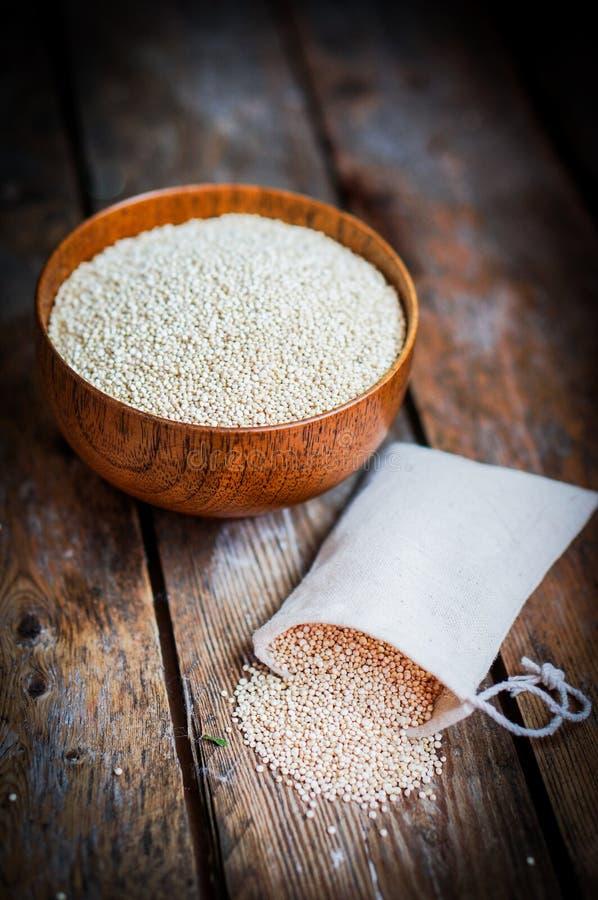 Witte quinoa op rustieke houten achtergrond royalty-vrije stock fotografie