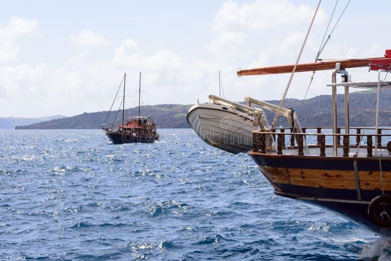 Witte reddingsboot op de boog van een houten plezierboot in de oude haven van de Griekse stad van Fira royalty-vrije stock afbeelding