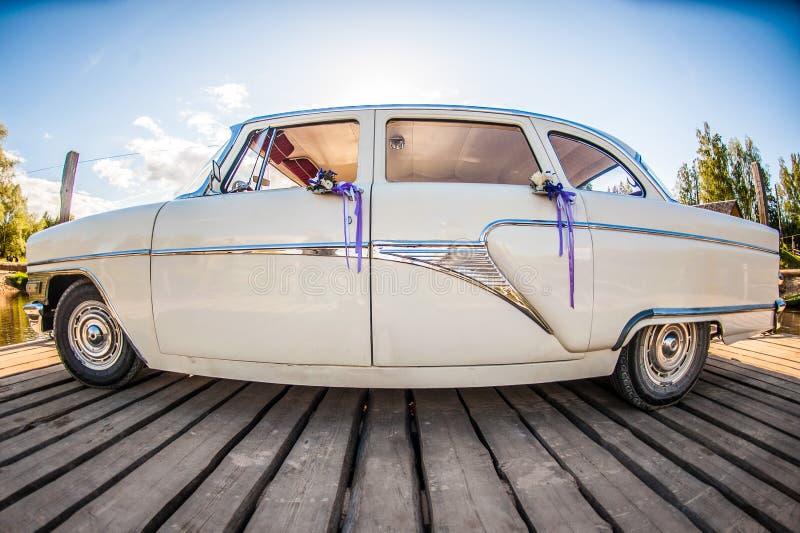 Download Witte retro huwelijksauto stock afbeelding. Afbeelding bestaande uit licht - 29500029