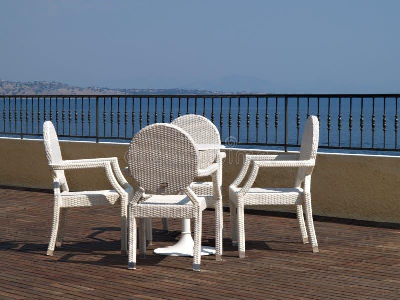 Witte rieten stoel elegant witte rieten tweedehands for Kussens voor op stoelen