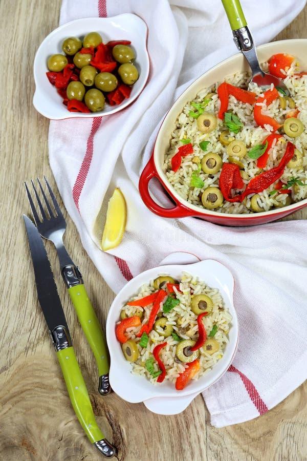 Witte rijst met olijven en Spaanse peper stock fotografie