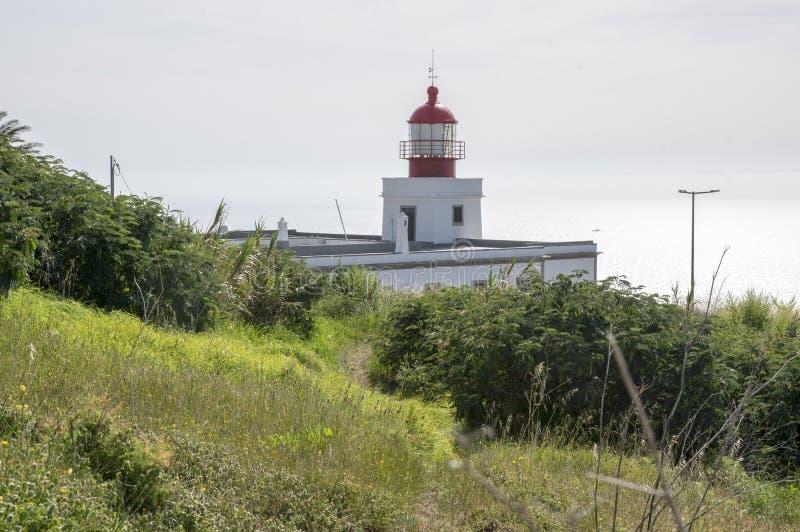 Witte romantische vuurtoren op de klip, eiland het West- van Madera, dorp Ponta do Pargo, Portugal, de Atlantische Oceaan royalty-vrije stock afbeeldingen