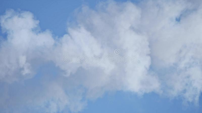 Witte rook mooie blauwe hemel met wolkenachtergrond De blauwe hemel van wolken Hemel met het blauw van de de aardwolk van het wol royalty-vrije stock foto's