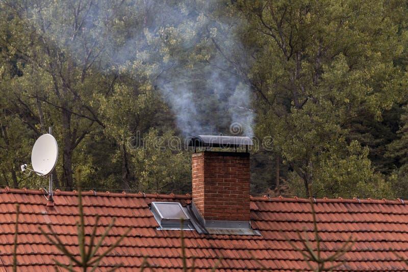 Witte rook van een schoorsteen royalty-vrije stock afbeelding