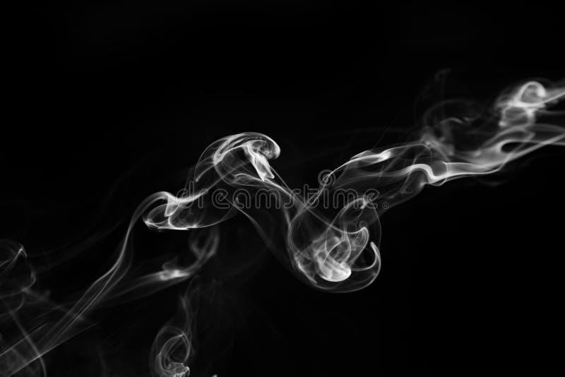 Witte rookwervelingen op een zwarte achtergrond royalty-vrije stock foto's