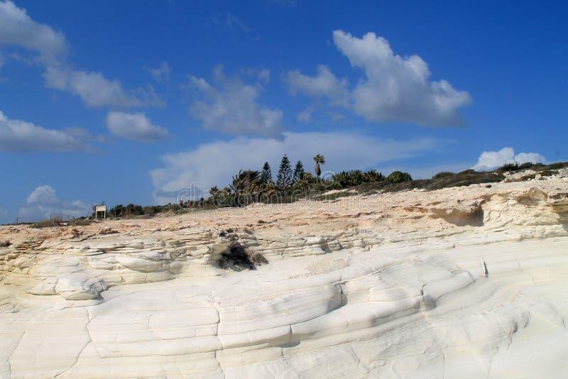 Witte rotsen van de Middellandse Zee kustlijn stock afbeeldingen