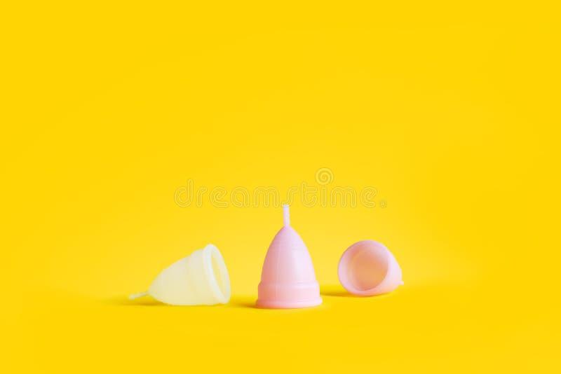 Witte roze opnieuw te gebruiken menstruele kop gele kleur stock afbeeldingen