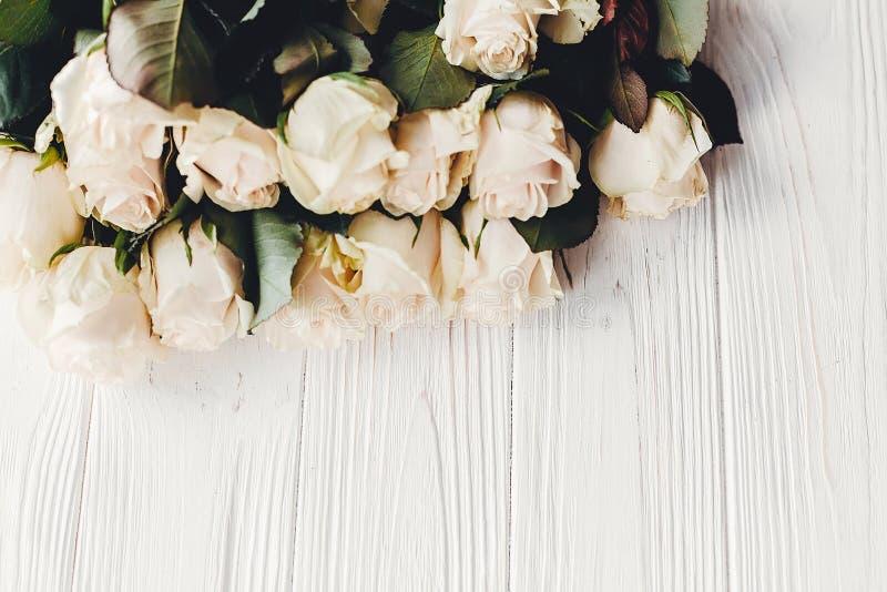 Witte rozen op houten achtergrond, ruimte voor tekst Bloemengreetin royalty-vrije stock fotografie