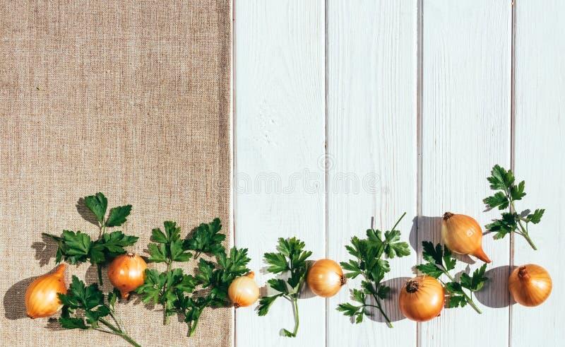 Witte rustieke lijst, linnentafelkleed en gesneden groenten Zonnebloemzaden - zaadfonds stock fotografie