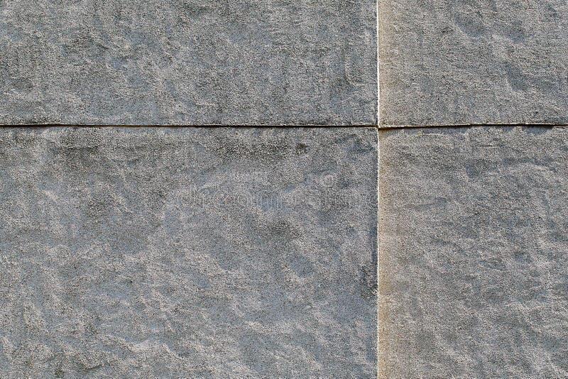 Witte ruwe die muur met gekalibreerd kwarts, marmer, grani wordt verfraaid stock fotografie