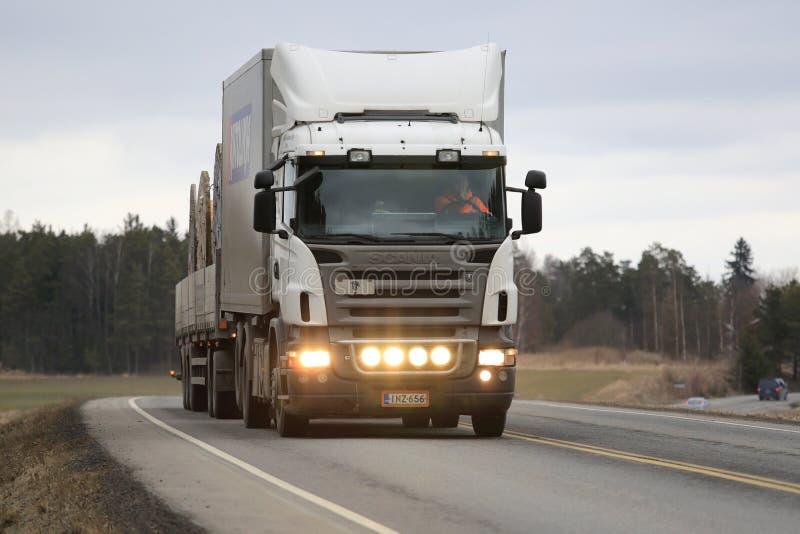 Witte Scania-Vrachtwagenvervoer stock fotografie