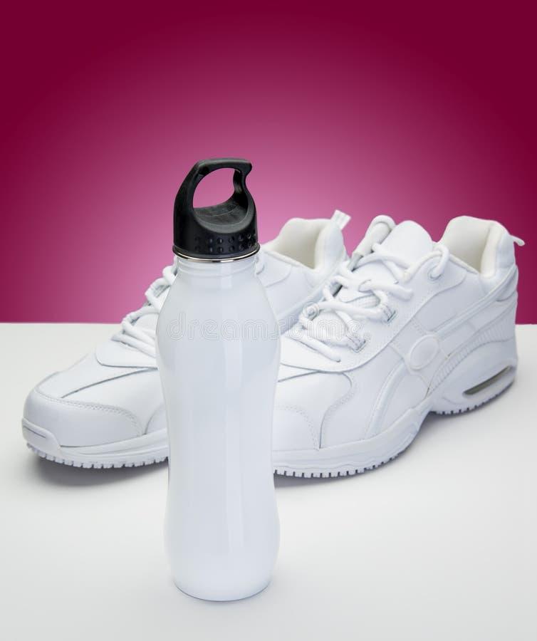 Witte Schoenen en Waterfles stock foto