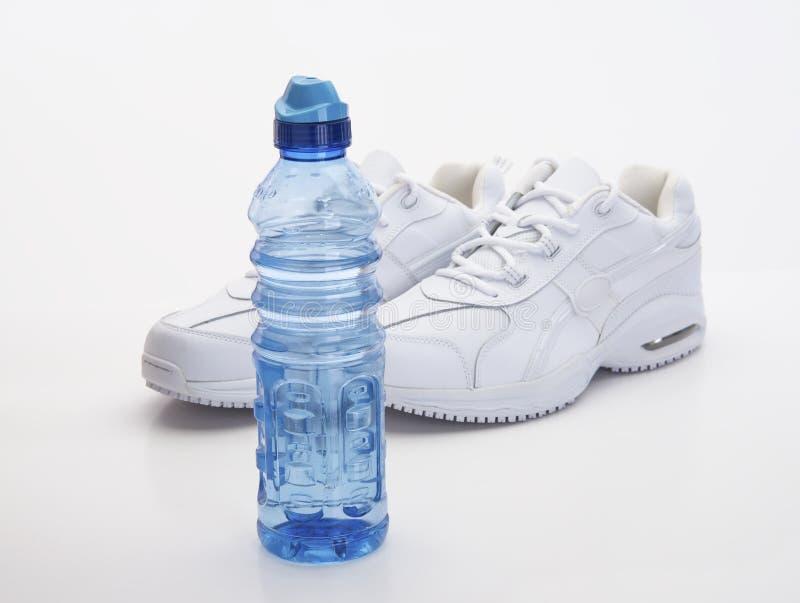 Witte Schoenen en Waterfles stock afbeeldingen