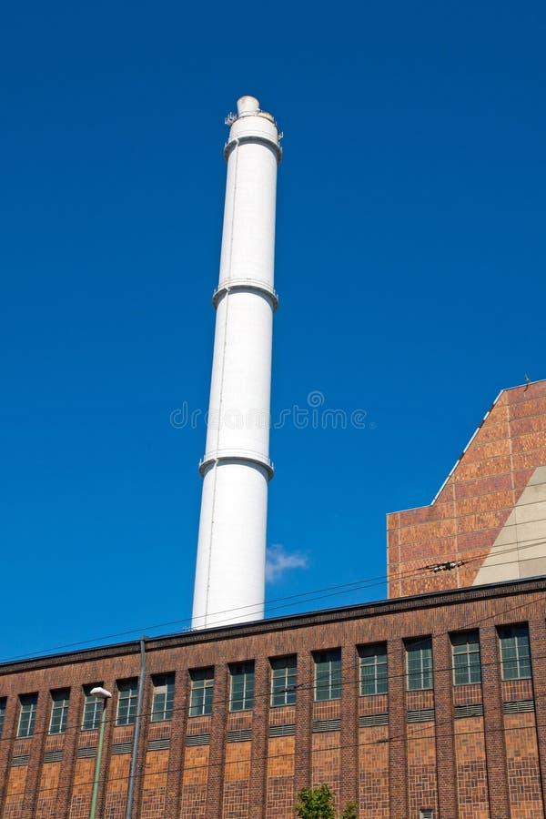 Witte schoorsteen en de rode baksteenbouw stock foto's