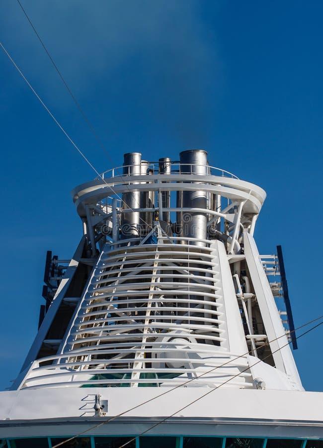 Witte Schoorsteen op het Schip van de Cruise royalty-vrije stock foto's