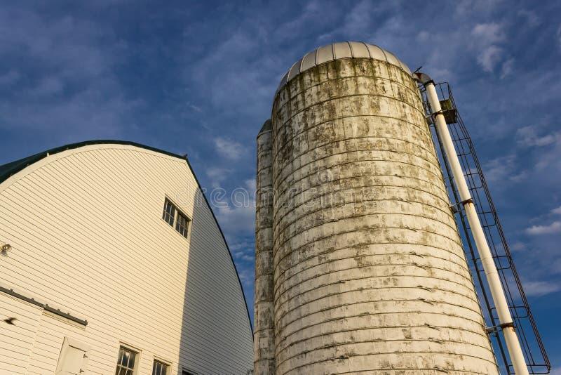 Witte schuur en silo stock afbeeldingen