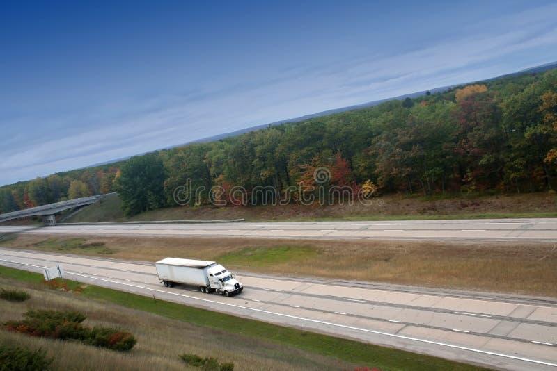 Witte semi vrachtwagen op hoge manier stock afbeelding