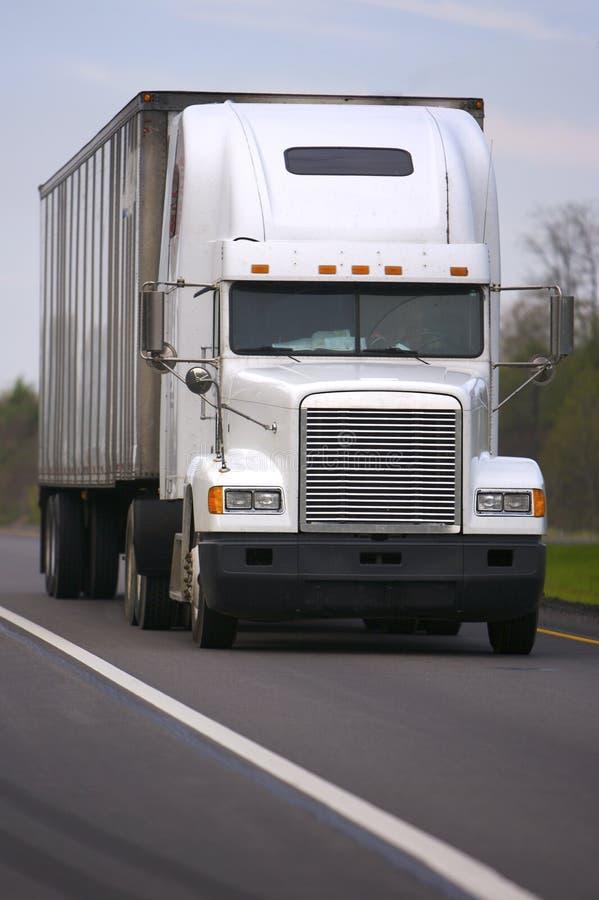Witte Semi Vrachtwagen op Weg stock afbeelding