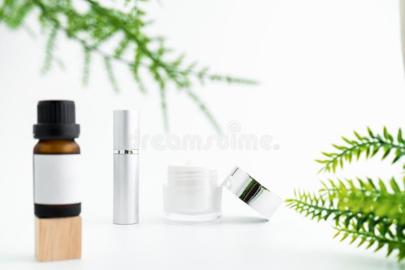 Witte serumfles en roomkruik, model van het merk van het schoonheidsproduct royalty-vrije stock fotografie
