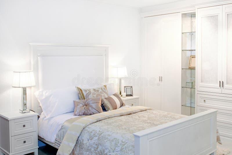 Witte slaapkamer stock afbeelding